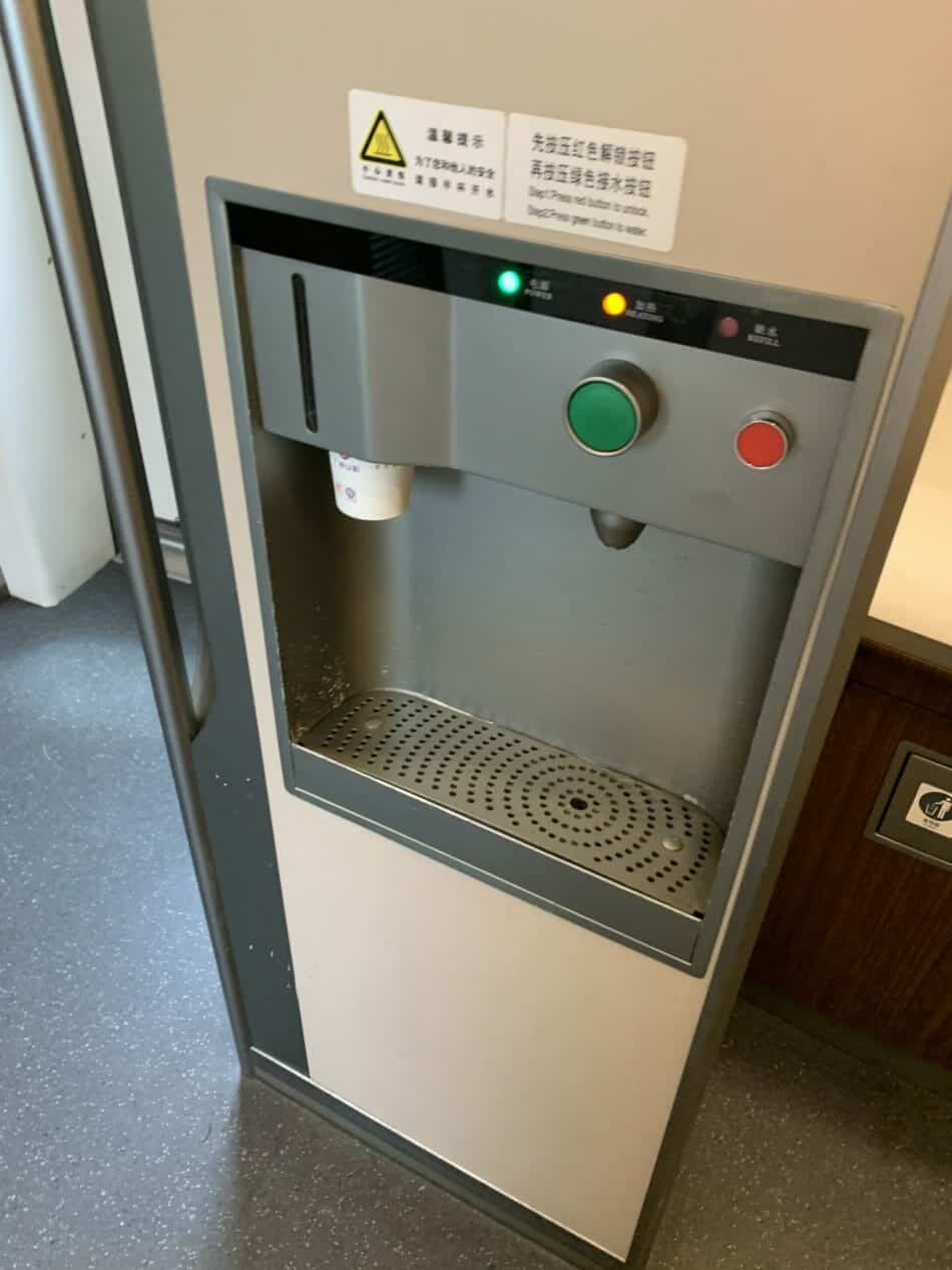 Hot and cold water dispenser in high speed train
